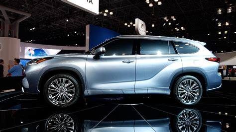 2020 Toyota Highlander is a smart SUV with optional hybrid
